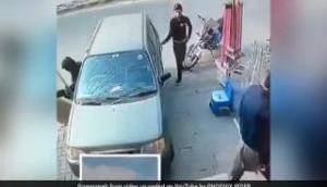Video: ऐसी चोरी नहीं देखी होगी आपने, मालिक के सामने शातिराना अंदाज से कार से चुराया बैग