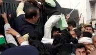Video: कलेक्टर ऑफिस के गेट पर चढ़ रहे कांग्रेसी नेता का उतर गया पजामा, लोगों ने जमकर लिए मजे