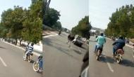 शुतुरमुर्ग ने बीच सड़क पर वाहनों के बीच ऐसे लगाई दौड़, वीडियो देख आप भी रह जाएंगे दंग