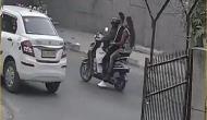 दिल्ली: ज्वेलर्स की दुकान में दिनदहाड़े चोरी के बाद बेटे और बेटी को स्कूटी में बिठाकर भागी महिला