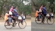 इस शख्स ने साइकिल पर एक साथ बैठाए इतने बच्चे कि देखने वाले रह गए दंग, वीडियो वायरल