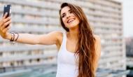 सेल्फी लेने का शौक आपकी सेहत पर पड़ सकता है भारी, बीमारी को दे रहा न्योता