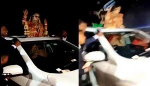 Video: कार के सनरूफ से निकलकर डांस कर रही थी दुल्हन, तभी सामने से आई तेज रफ्तार गाड़ी और फिर...