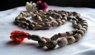 तुलसी की माला पहनने से जिंदगी में आते हैं ये बदलाव, हर तरफ से मिलते हैं शुभ समाचार
