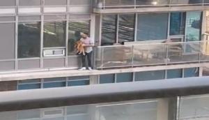 VIDEO: बिल्ली के प्यार में मुश्किल में डाल दी अपनी जिंदगी, बचाने के लिए छठवीं मंजिल के छज्जे पर चढ़ा