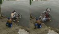 बाइक को हवा में उछालकर स्टंट कर रहा था युवक, वीडियो में देखें जब बैलेंस बिगड़ा तो हुआ क्या