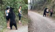 सड़क किनारे खड़े होकर सेल्फी ले रही थी लड़की, तभी पीछे से आ गया भालू और फिर...