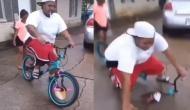 छोटे बच्चे की साइकिल चलाने की कोशिश कर रहा था ये मोटा लड़का, वीडियो मेें देखें फिर हुआ क्या