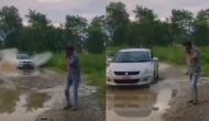 कीचड़ भरे रास्ते पर तेज रफ्तार से आ रही थी कार, वीडियो में देखें खुद को बचाने के लिए युवक ने किया क्या