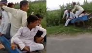 बाइक से रिक्शा को धक्का दे रहा था युवक तभी बिगड़ गया रिक्शे का संतुलन, वीडियो में देखें फिर हुआ क्या