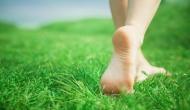 रोजाना नंगे पैर घास पर चलने से चुस्त-दुरुस्त रहेंगे आप, ये गंभीर समस्याएं हो जाएंगी दूर