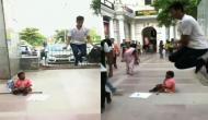 भीख मांग रहा था दिव्यांग तो देखकर इस युवक को आ गया तरस, वीडियो में देखें कैसे की मदद