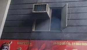 Delhi Fire: द्वारका के कृष्णा होटल में लगी आग, दो लोग जिंदा जले, दमकल की 8 गाड़ियां मौजूद