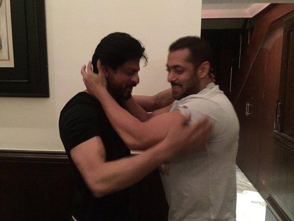 Salman Hugs SRK on his Birthday