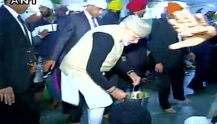 PM Narendra Modi serves 'langar' at Golden Temple