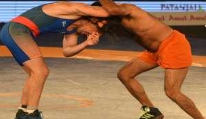 वीडियो: अखाड़े में उतरे योगगुरु रामदेव ने दी ओलंपिक रेसलर को टक्कर